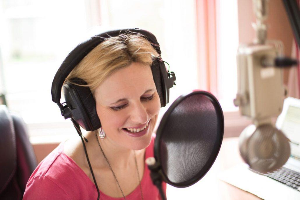 Faye-Dicker-voiceover-artist-home-studio
